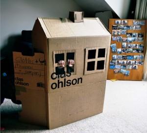 Construire une cabane en carton, une façon d'occuper ses enfants !