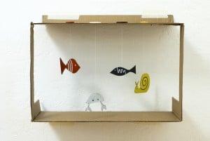 Un aquarium en carton fait maison pour les enfants