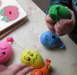 Les enfants jouant avec des boules antistress fait maison