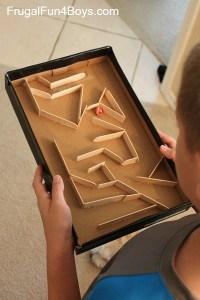 Un labyrinthe DIY avec des batonner de glace et une boite à chaussure