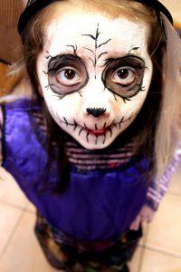 Maquillage de petite fille tête de mort pour hallowwen