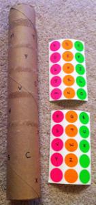 Des gommettes à poser sur un papier de sopalin pout passer le temps lors d'un voyage