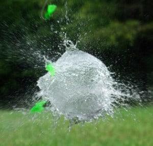 Lorsqu'il fait chaud, jouer avec des bombes à eau, c'est sympa et ça rafraichit !