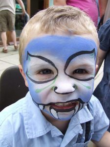 Maquillage halloween, un enfant monstre