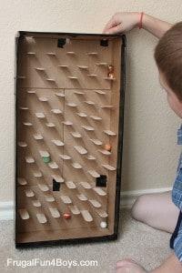 Un jeu DIY pour les enfants. Une boite en carton et des billes et c'est parti !